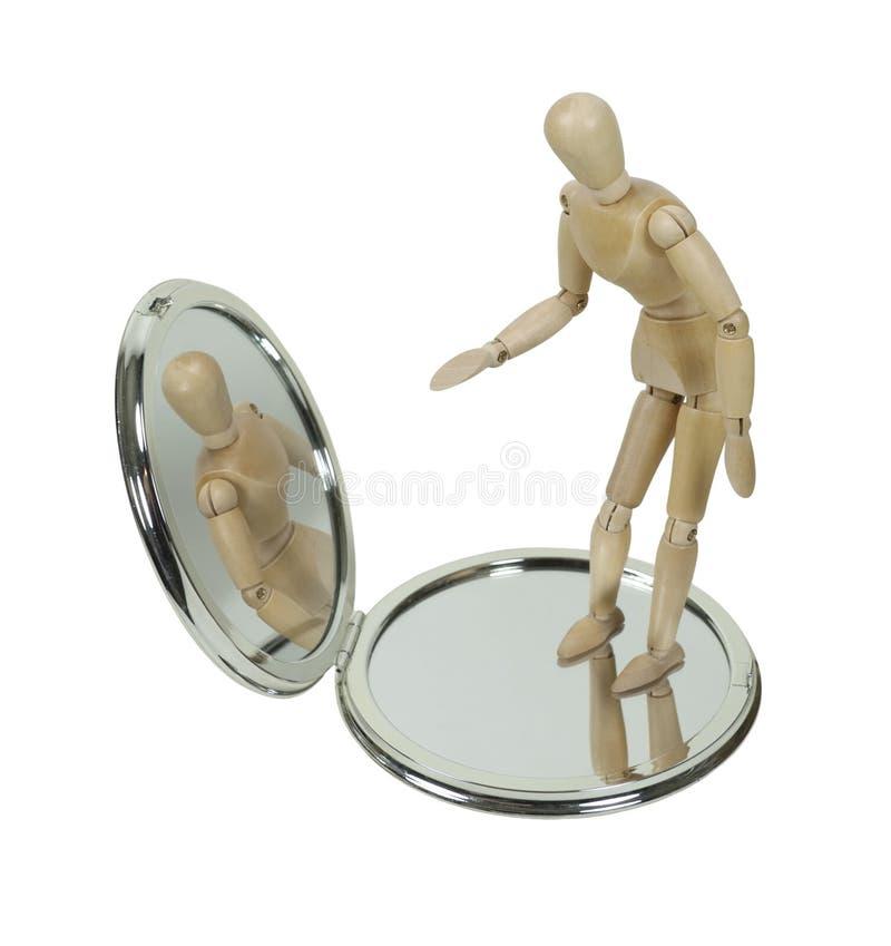 Uno mismo de observación modelo de madera en espejo compacto fotografía de archivo