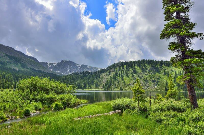 Uno a partir de siete lagos Karakol de la monta?a, situados en las monta?as de Altai, Rusia imágenes de archivo libres de regalías