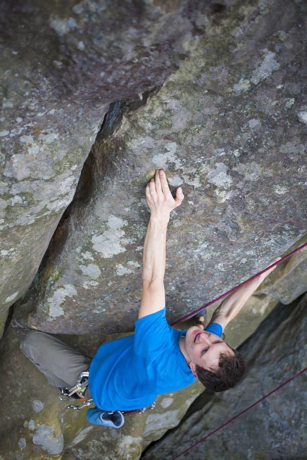 Uno scalatore scala la montagna fotografia stock libera da diritti
