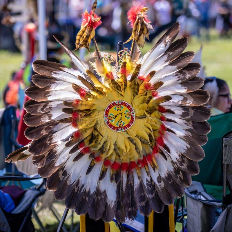 Uno schermo decorato con le piume - elemento di un costume indigeno tradizionale dell'America - fotografia stock