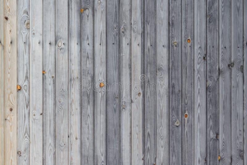 Uno schermo del bordo di legno abbattuto per la casa o la parete, bello fondo, struttura di legno senza elaborare fotografia stock libera da diritti