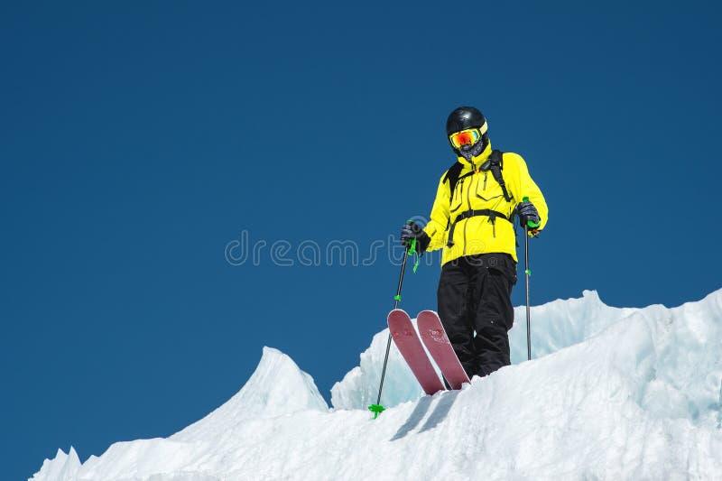 Uno sciatore freerider in attrezzatura completa sta su un ghiacciaio nel Caucaso del nord Sciatore che prepara prima del salto da fotografie stock