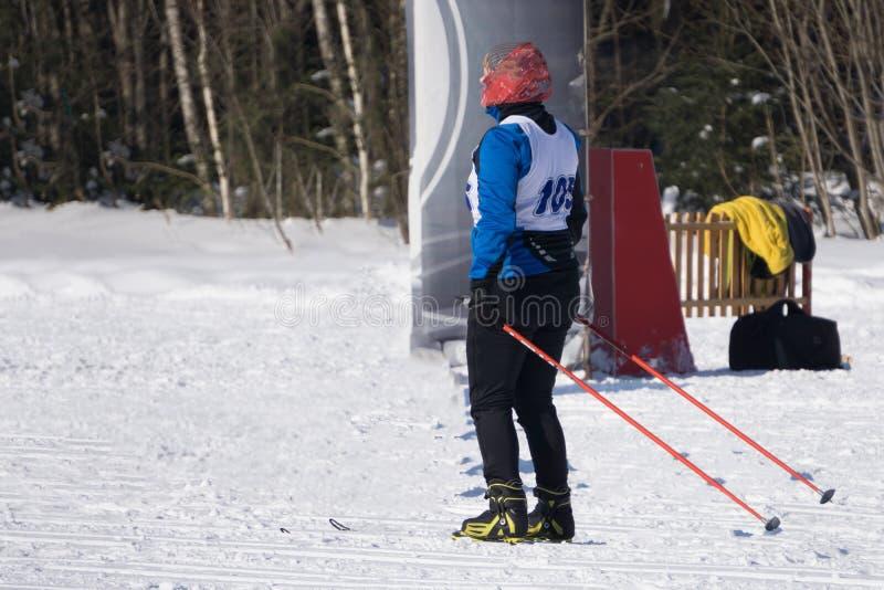 Uno sciatore sulla regione montana nuda sopra la linea di albero, Harjedalen, Svezia immagini stock libere da diritti
