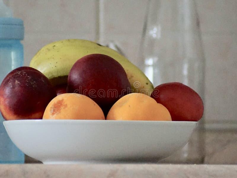Uno sguardo piacevole ad un piatto della frutta della miscela immagine stock