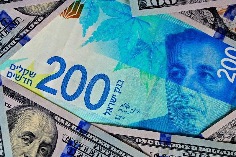 Uno shekel dell'israeliano della banconota duecento di 2015 e le banconote di 100 dollari americani Chiuda su, vista superiore, f fotografia stock libera da diritti