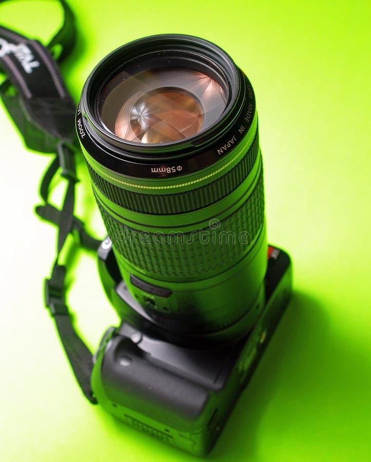 Uno SLR digitale con un telephoto immagini stock