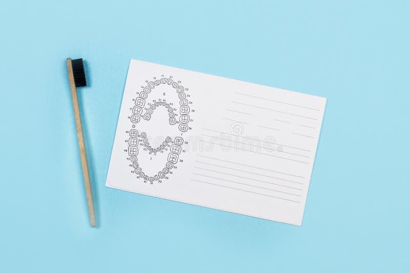 Uno spazzolino da denti e un grafico dentario di numerazione del dente fotografia stock