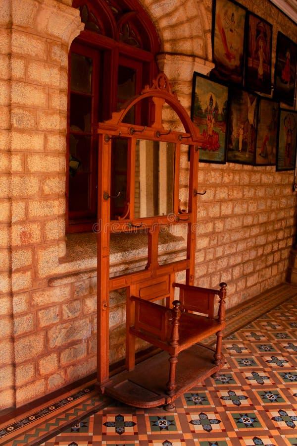Uno specchio d'annata della tavola di condimento con il supporto del cappotto nel palazzo di Bangalore immagine stock libera da diritti