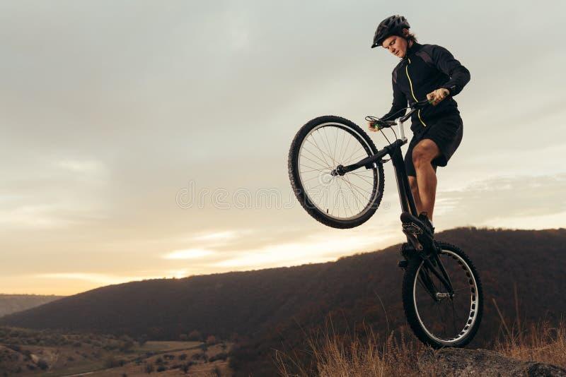 Uno sportivo estremo sulla bici fotografia stock