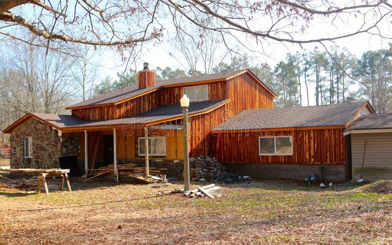 Uno stile del ranch del paese anziano con il raccordo di legno rustico fotografia stock libera da diritti