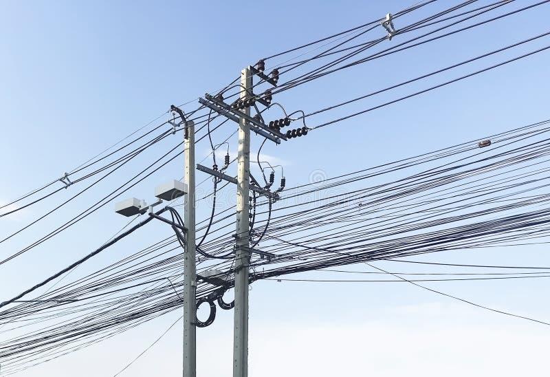 Unordentlich von den elektrischen Drähten auf blauer Himmel Hintergrund lizenzfreies stockfoto