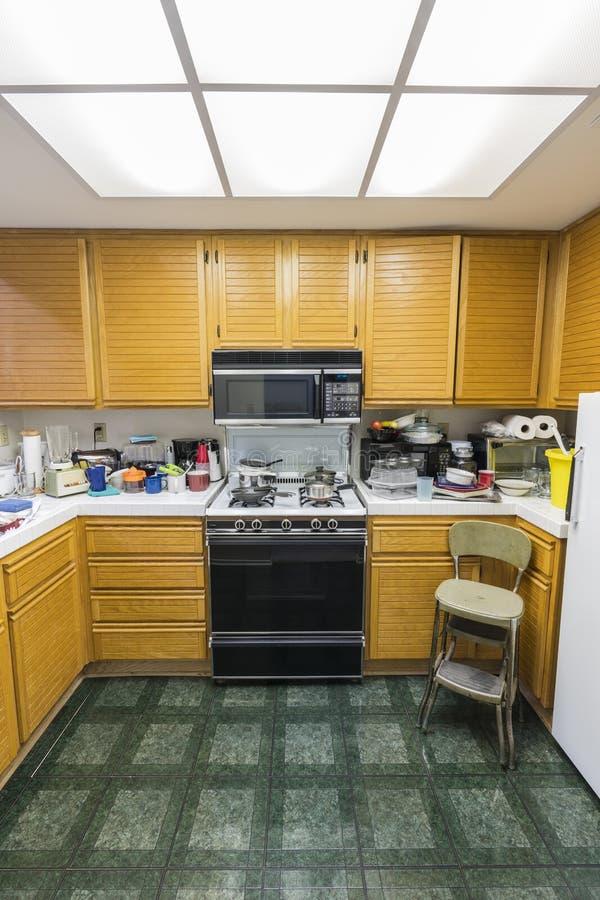 Unordentliche Eigentumswohnungs-Küchen-Vertikalen-Ansicht stockfotos