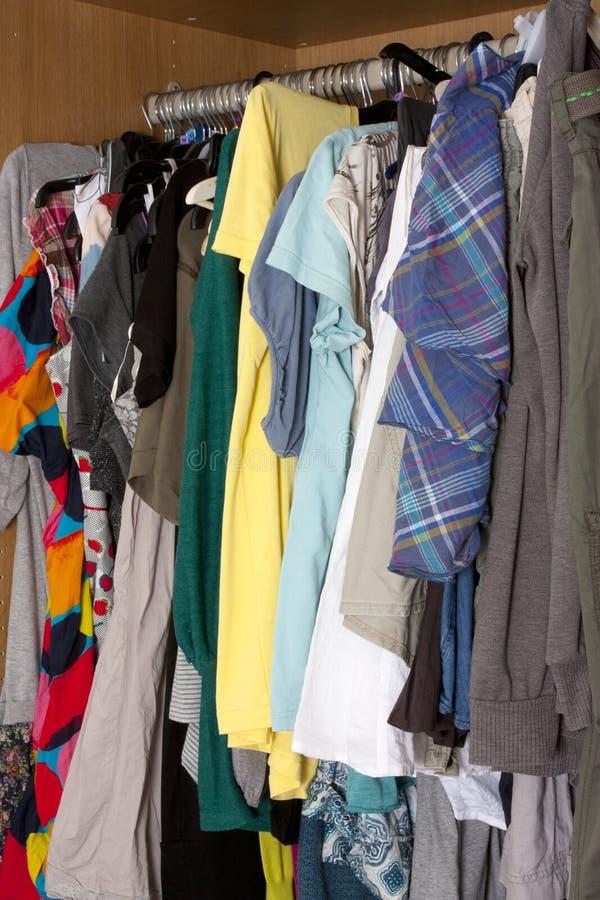 Unordentliche Garderobe stockfoto