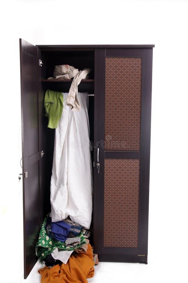 Unordentliche Kleidung im Schrank stockbild