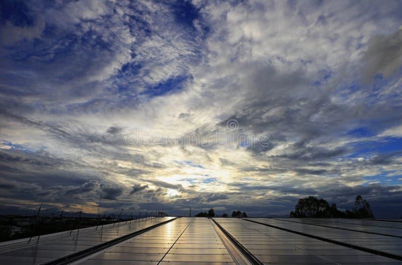 Unordentliche Wolke über Solar-PV-Dachspitzen-System stockfotografie