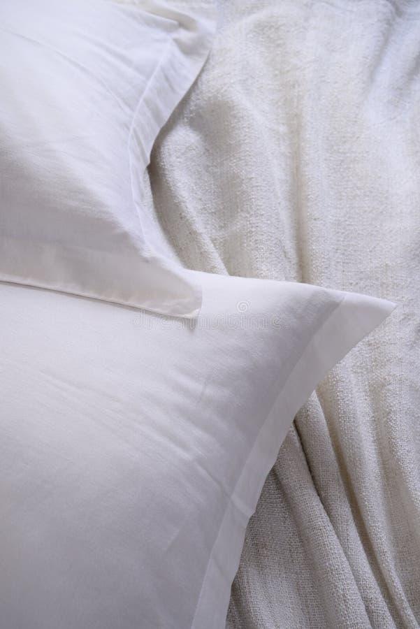 Unordentliches Bett des weißen Kissens stockbilder