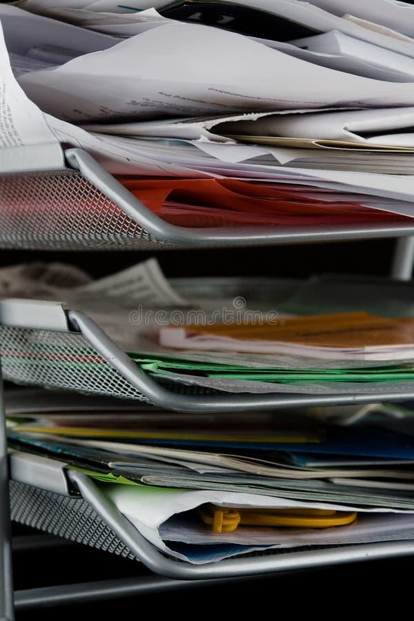 Unordentliches Papiertellersegment mit Papieren lizenzfreie stockbilder