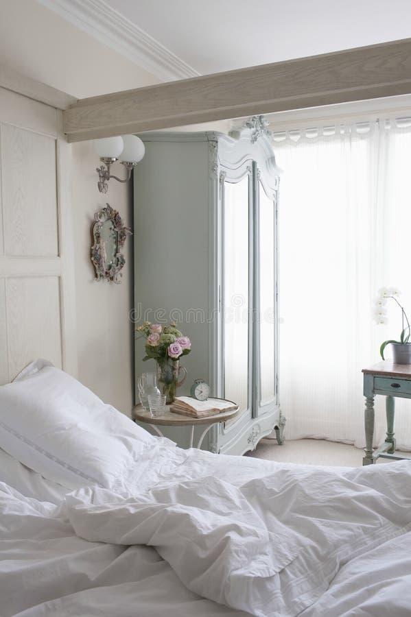 Unordentliches ungemachtes Bett stockfotografie