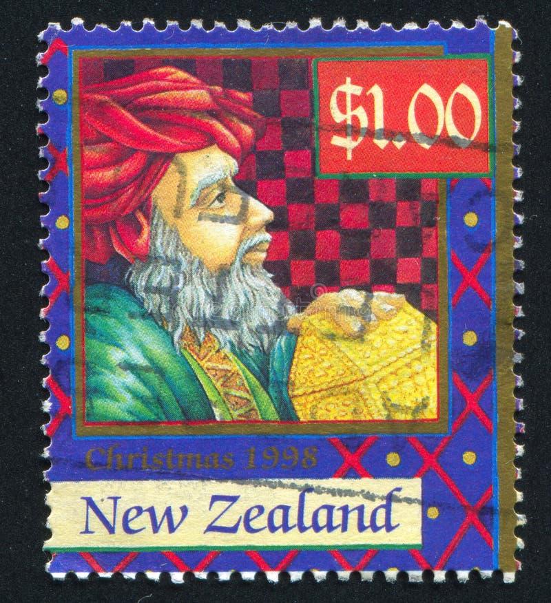 Unos de los reyes magos con los regalos imagen de archivo