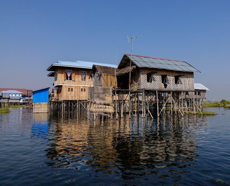 Unosić się domy w Intarsja jeziorze, Myanmar fotografia stock