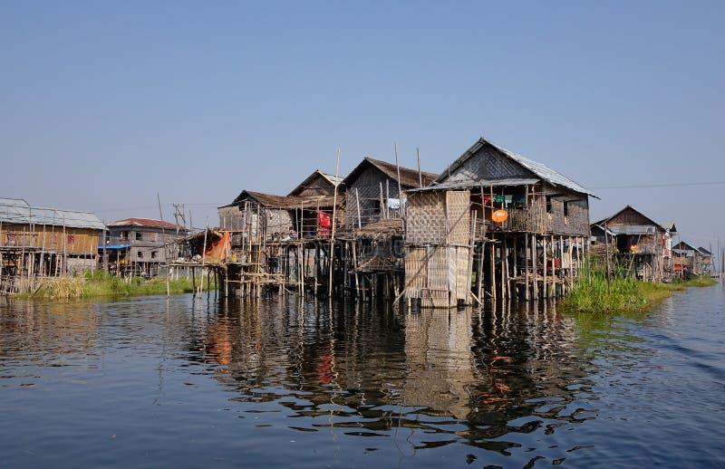 Unosić się domy w Intarsja jeziorze, Myanmar fotografia royalty free