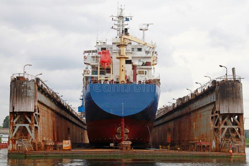 Unosi się suchy dok z błękitnym przemysłowym tankowa statkiem obraz royalty free
