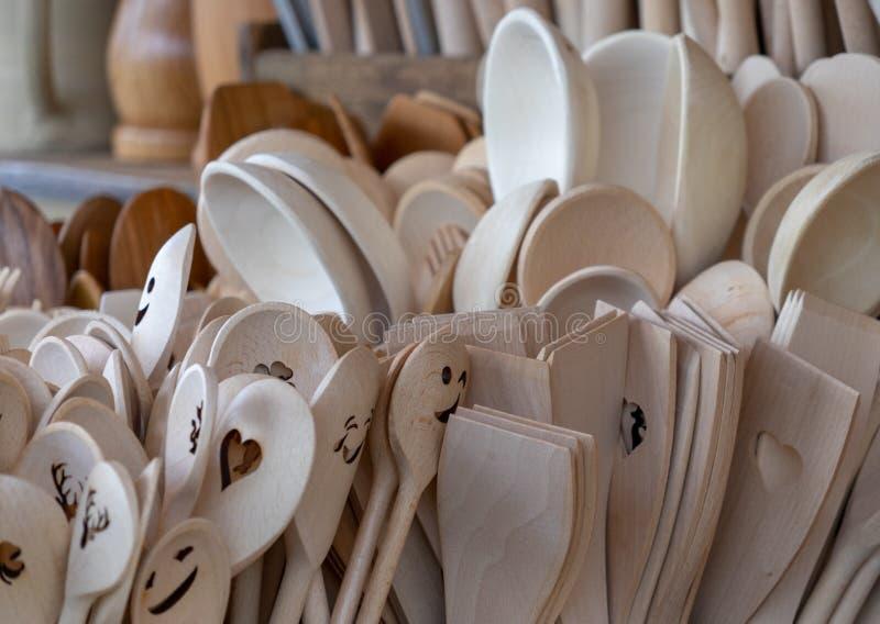 Unpainted lepels van stevig hout worden gemaakt zijn beschikbaar voor verkoop in een grote groep die royalty-vrije stock afbeeldingen