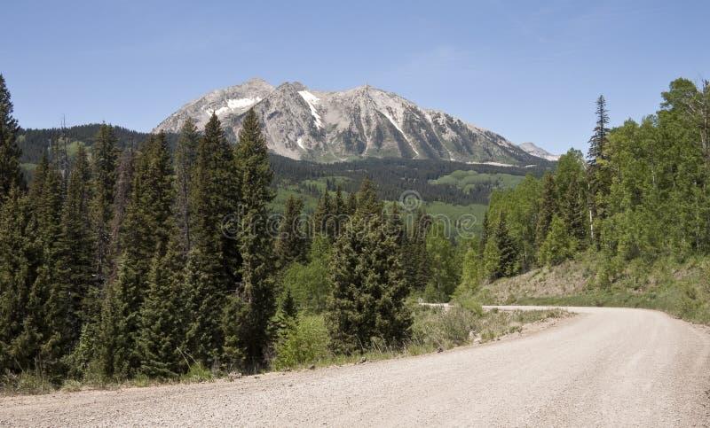 Unpaved bergväg royaltyfri bild