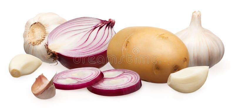 Unpeeled πατάτα, κόκκινα κρεμμύδι και σκόρδο με τα γαρίφαλα στο λευκό στοκ εικόνα