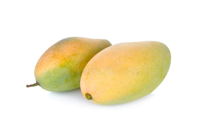 Unpeeled verse rijpe mango op witte achtergrond stock afbeelding