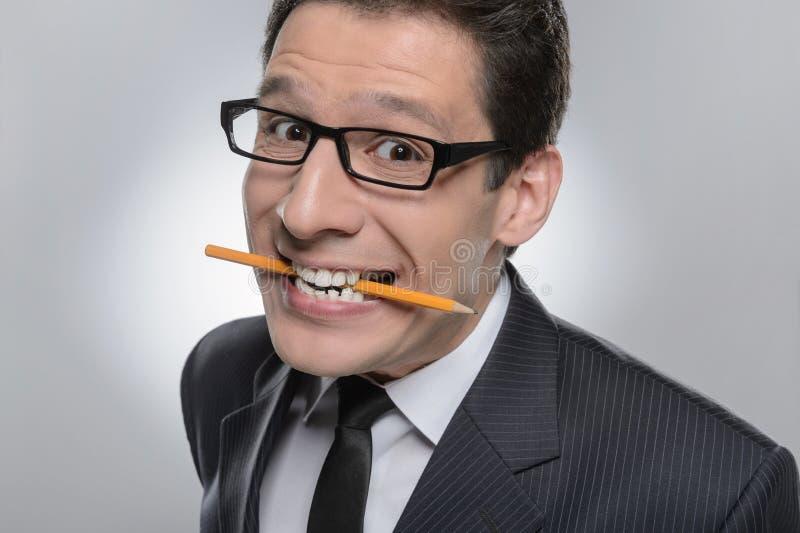 Unpleased商人。拿着铅笔的商人画象 免版税库存照片