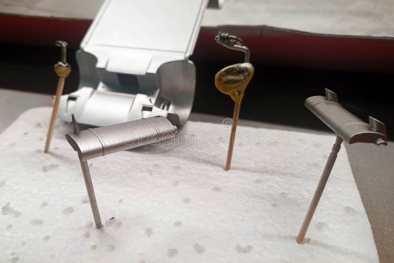 Unprimed et pièces amorcées d'une voiture modèle d'échelle pour l'assemblée Peint par le dispositif d'échappement de jet Modélisa image libre de droits