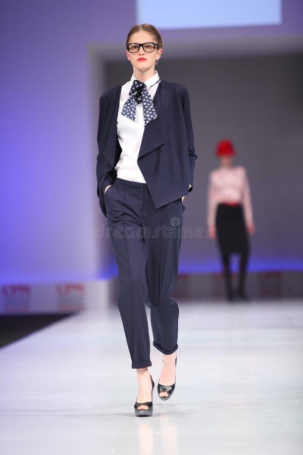 unq för catwalkmodemodellen går wear royaltyfria bilder