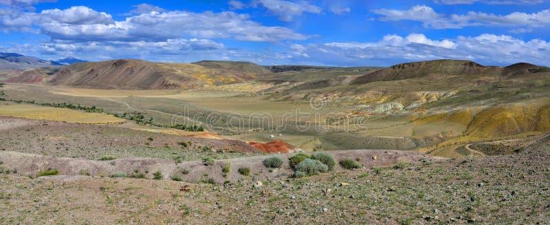 unrealy在阿尔泰moun的美丽的五颜六色的黏土峭壁全景  免版税库存图片