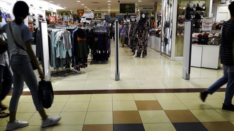 Unrecognied人/步行步行/繁忙的路在购物中心 在一条繁忙的路的人群 人们是 库存图片