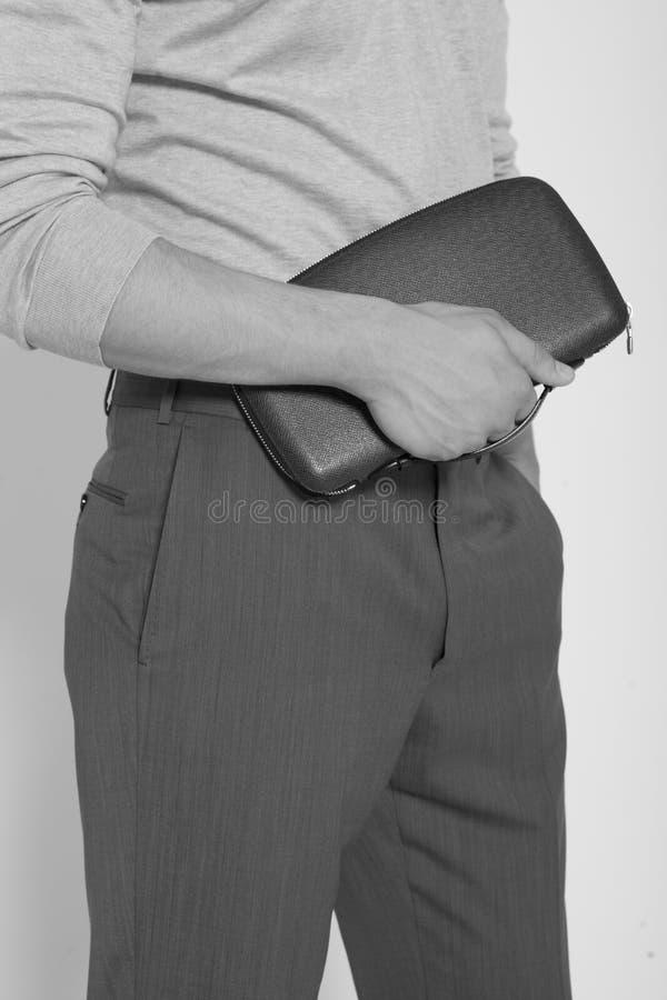 Unrecognisable Mann, der einen Aktenkoffer hält stockfotos