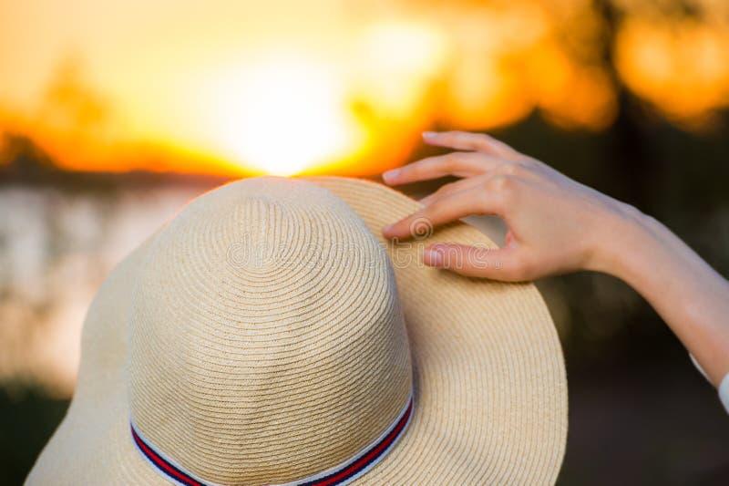 Unrecognisable romantisches Mädchen auf dem Strand während des Sonnenuntergangs lizenzfreies stockbild