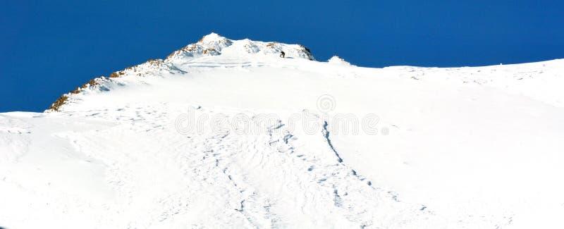 Unrecognizable έλεγχος χιονοστιβάδων προσωπικός στοκ φωτογραφίες