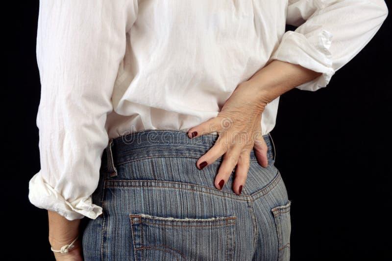 Unrecognizable γυναίκα με τον πόνο στην πλάτη στοκ φωτογραφία με δικαίωμα ελεύθερης χρήσης