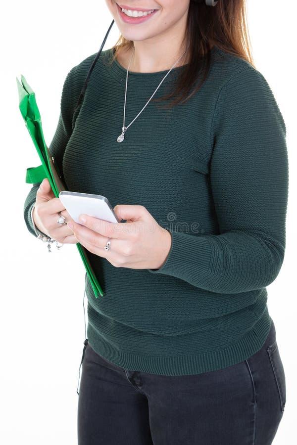 Unrecognizable μήνυμα κειμένου δακτυλογράφησης γυναικών σπουδαστών νέο που χρησιμοποιεί Διαδίκτυο στο smartphone που απομονώνεται στοκ εικόνες