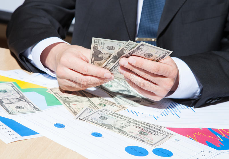 Unrecognizable χρήματα εγγράφου εκμετάλλευσης επιχειρηματιών στοκ εικόνα με δικαίωμα ελεύθερης χρήσης