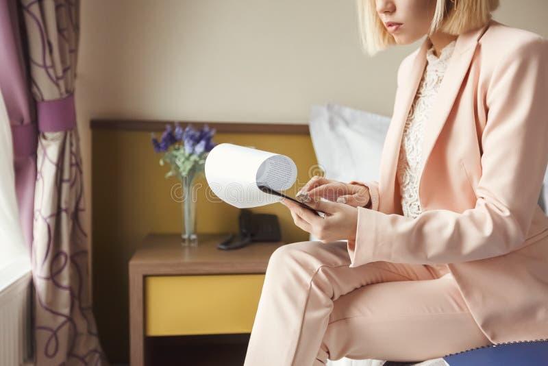 Unrecognizable bizneswomanu czytania dokumenty w hotelu obraz stock