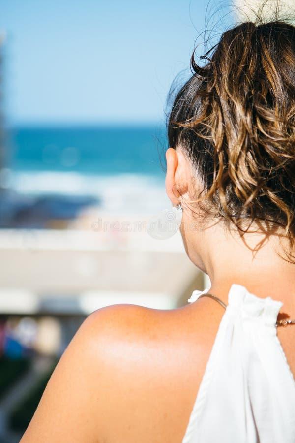 Unrecognizable brunetki kobieta z ogonem obraz royalty free