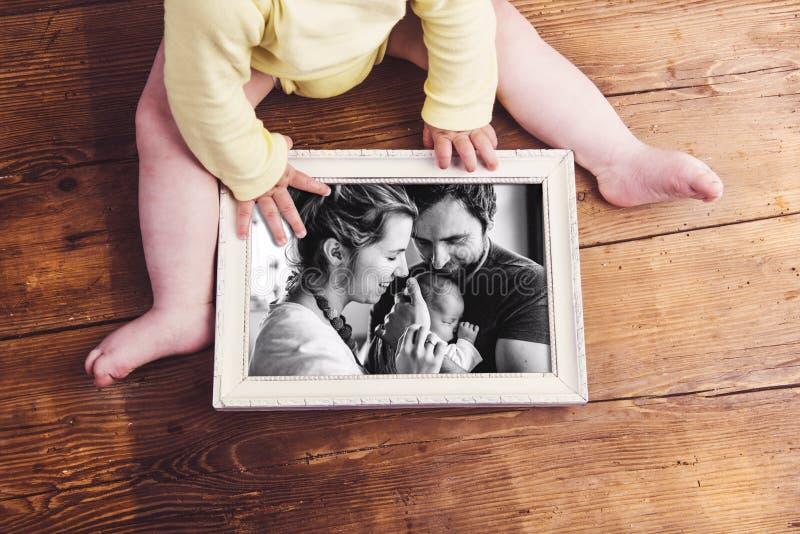 Unrecognizable dziecko trzyma rodzinną fotografię Ojca dzień obraz royalty free