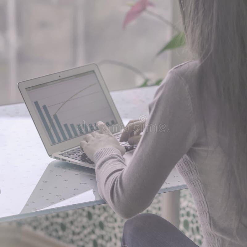 Unrecognizable dziewczyna od plecy Ręki młoda dziewczyna na klawiatura laptop, na monitoru ekranie są widoczne obraz stock