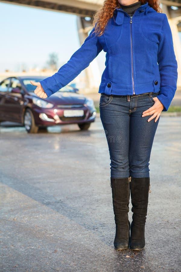 Unrecognizable kobieta uczepia się gruntowego pojazd fotografia stock