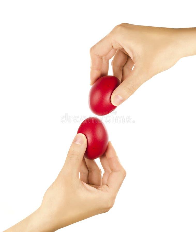 Unrecognizable kobiety puka czerwonego Wielkanocnego jajko wręczają trzymać up dla jajka zdjęcie stock