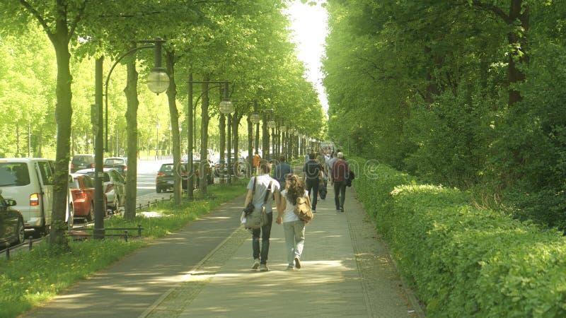 Unrecognizable ludzie chodzą wzdłuż drogi w Tiergarten parku, Berlin obrazy stock