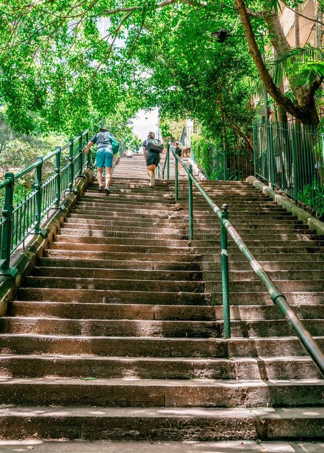 Unrecognizable ludzie iść w górę stromych starych McElhone schodków w Woolloomooloo Sydney NSW Australia obraz stock
