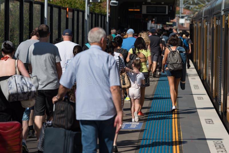 Unrecognizable ludzie, pasażery na przedmieście dworca platformie zdjęcia royalty free
